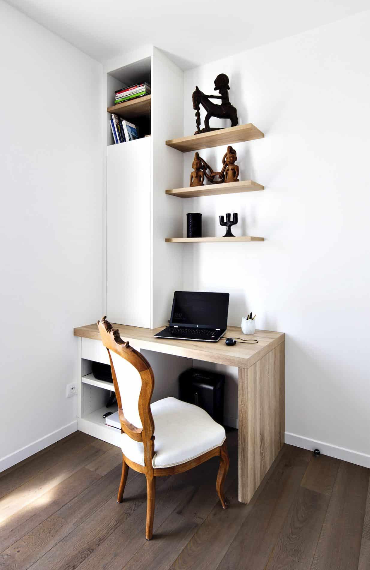 bureau bois et blanc avec étagères et placard semi-ouvert