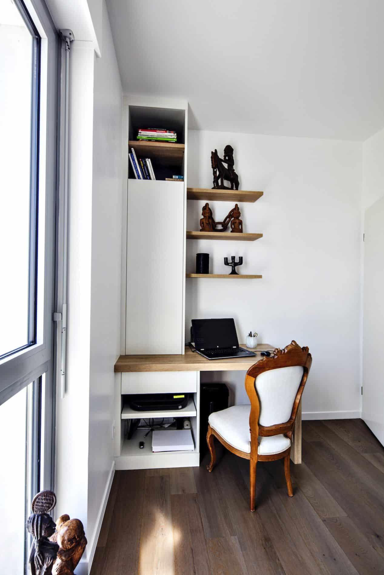 bureau bois et blanc avec étagères et placard semi-ouvert vue de face