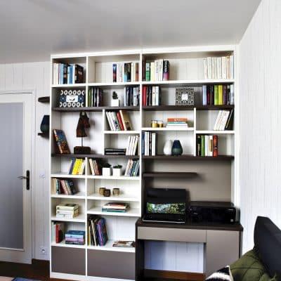 bibliothèque blanche et bois foncé avec bureau vue de face