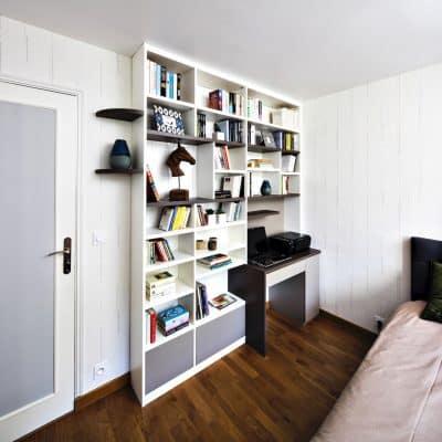 bibliothèque blanche et bois foncé avec bureau