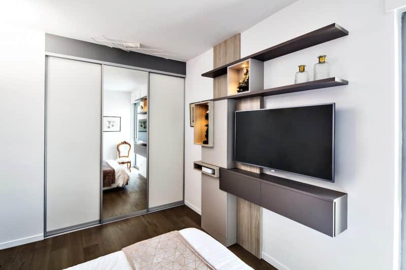 chambre design avec meuble TV et dressing sur-mesure