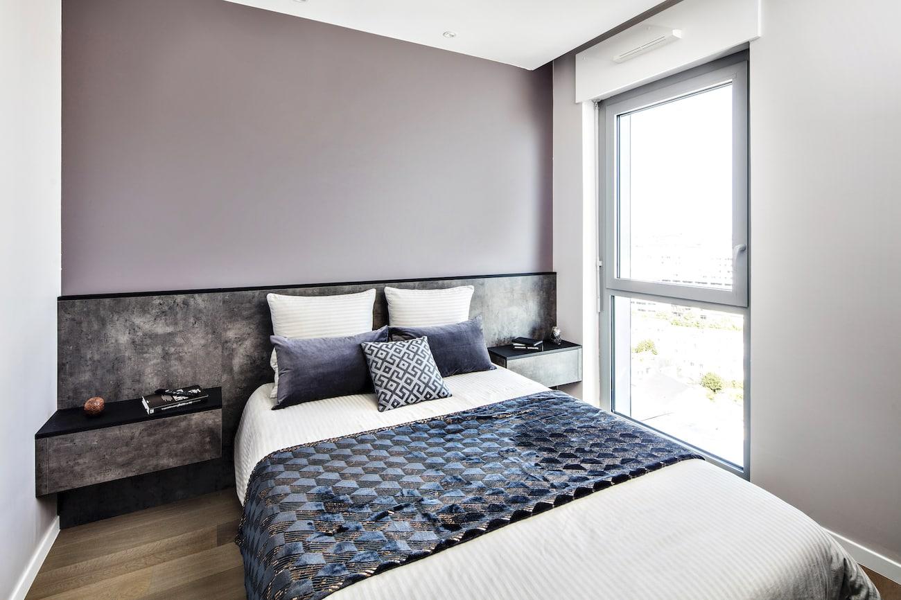 tête de lit et table de nuit assortis noir et gris foncé au meuble TV