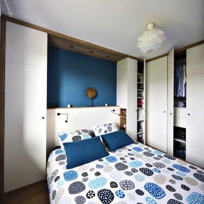 chambre avec placards ouverts et dressing sur-mesure