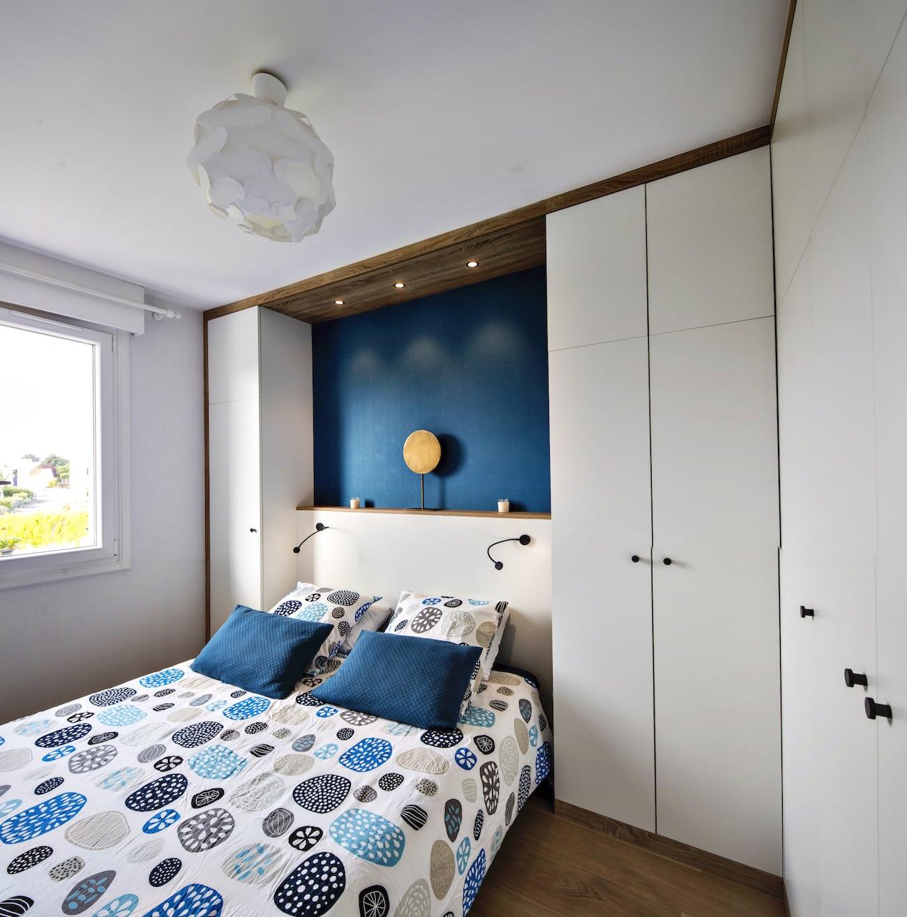 chambre avec placards et dressing sur-mesure vue de l'autre côté avec éclairage