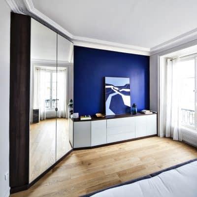 placard blanc et bois foncé avec dressing à miroirs vue de face