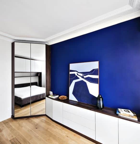 placard blanc et bois foncé avec dressing à miroirs