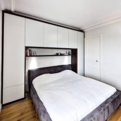 chambre sur-mesure avec rangements blanc et bois foncé vue de côté