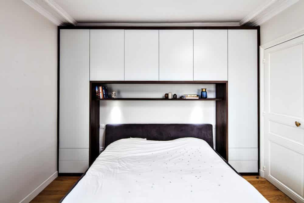 chambre sur-mesure avec rangements blanc et bois foncé