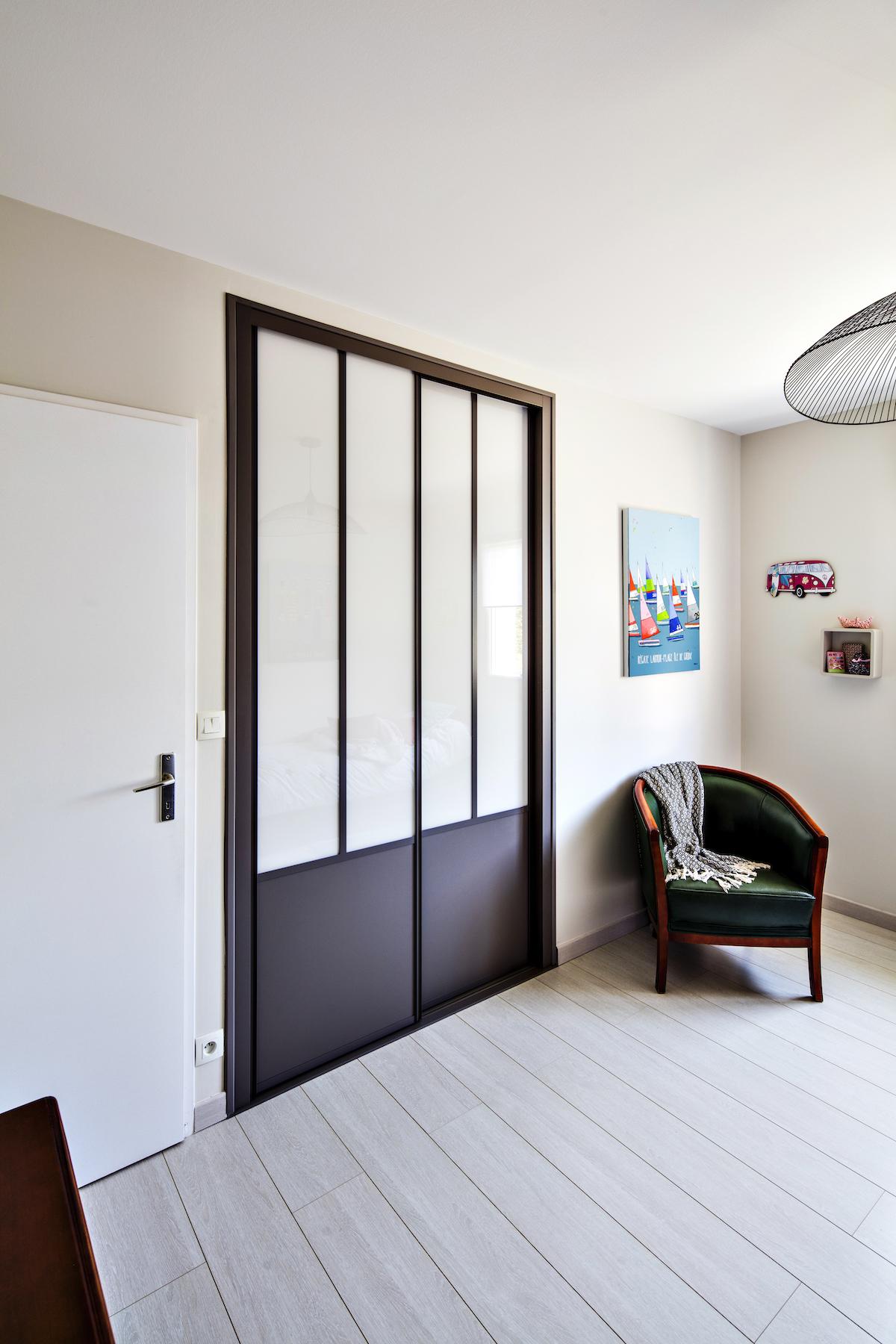 cloison atelier noire avec portes coulissantes et verre opaque