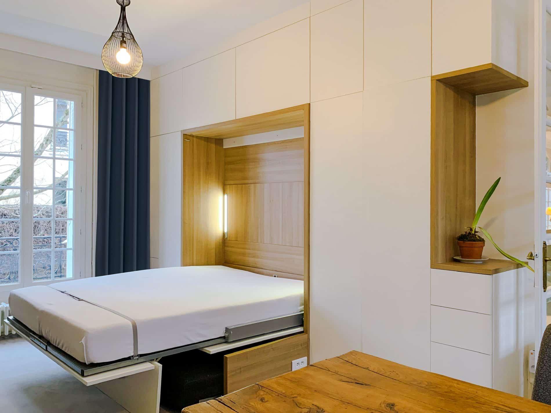 lit rabattable blanc et bois clair ouvert