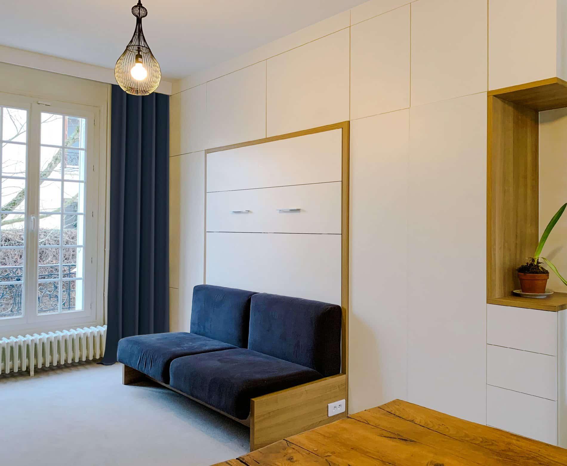 lit rabattable blanc et bois clair avec canapé