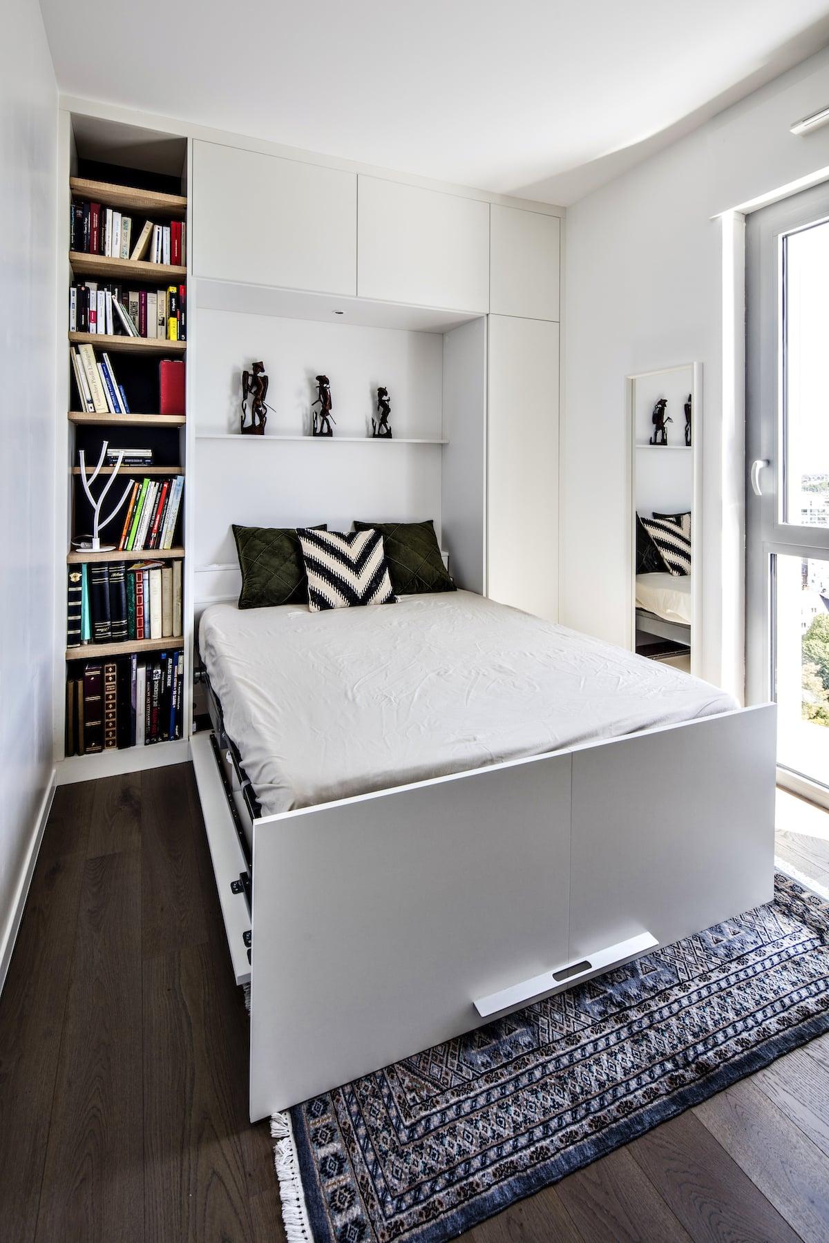 lit rabattable ouvert avec colonne d'étagères