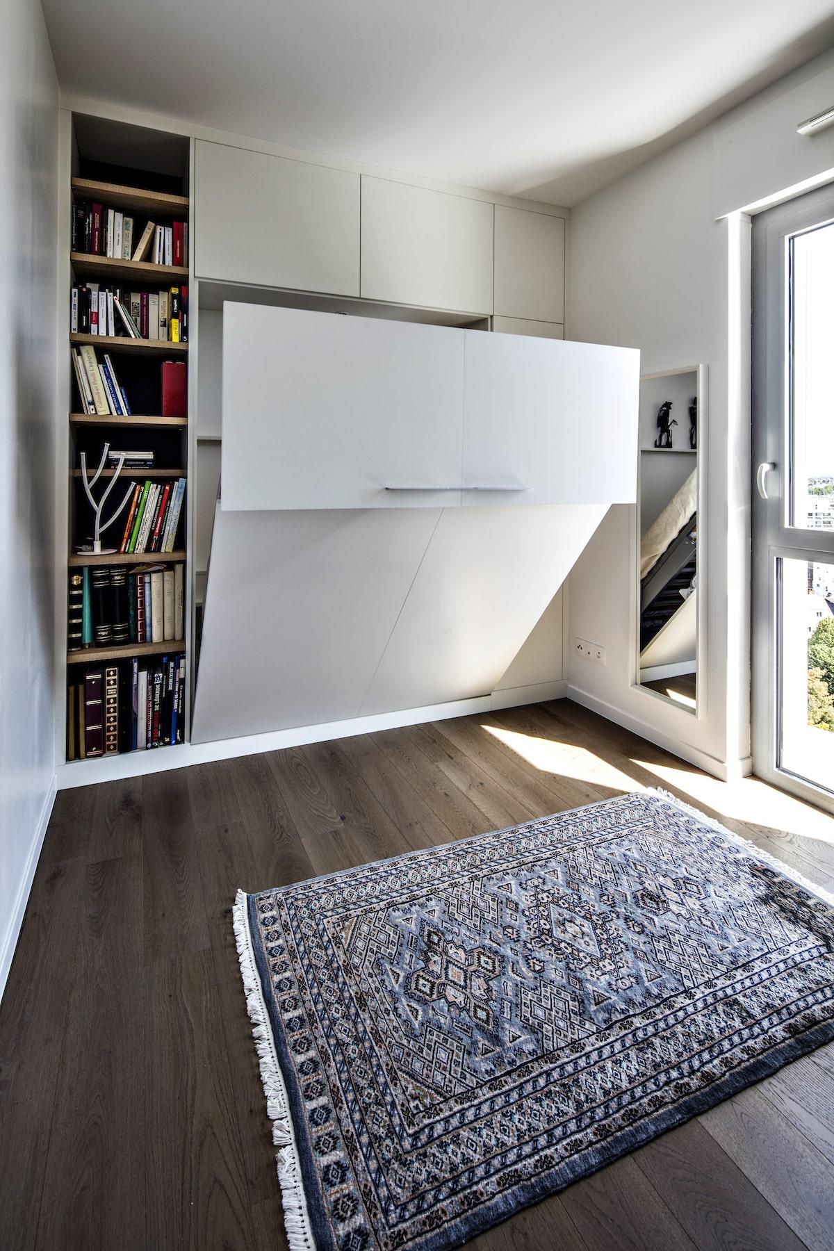 lit rabattable avec colonne d'étagères