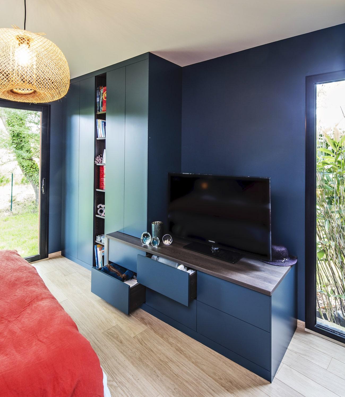 meuble TV bleu avec tiroirs