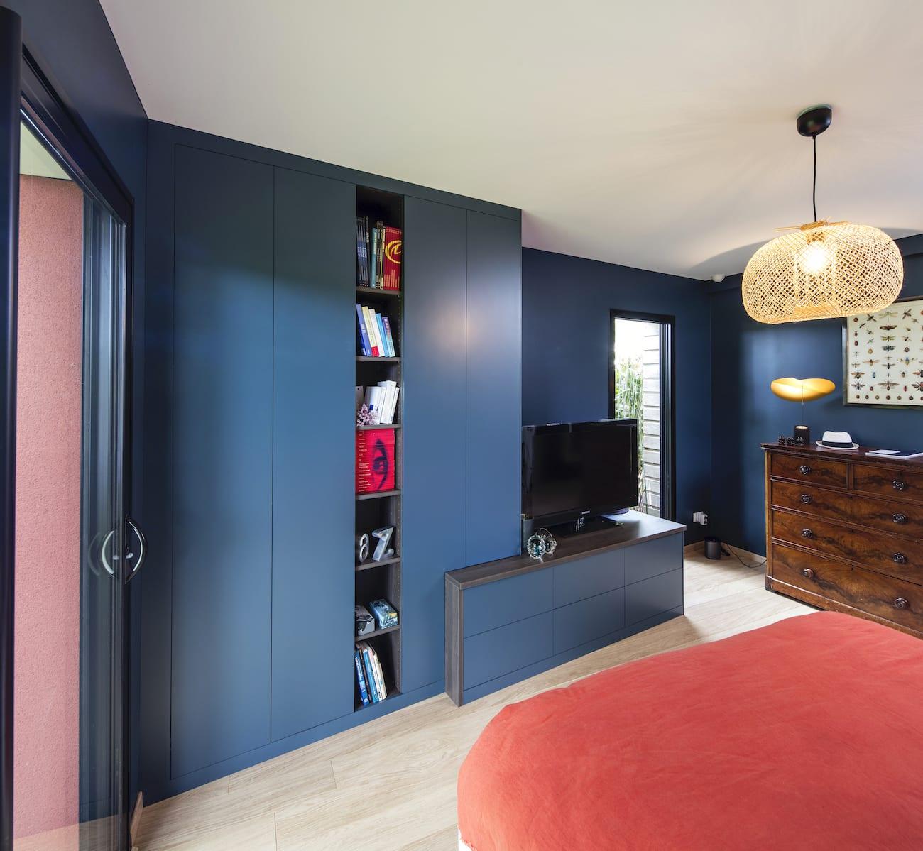 meuble TV bleu avec tiroirs vue de gauche