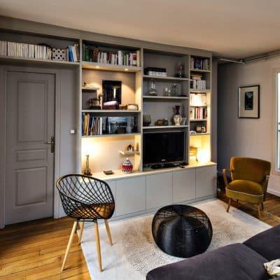 meuble TV gris clair avec niches et éclairage