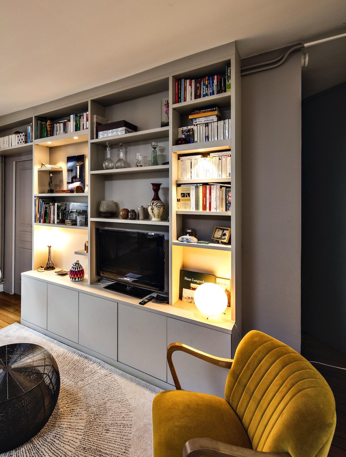 meuble TV gris clair avec niches et éclairage vue côté droit