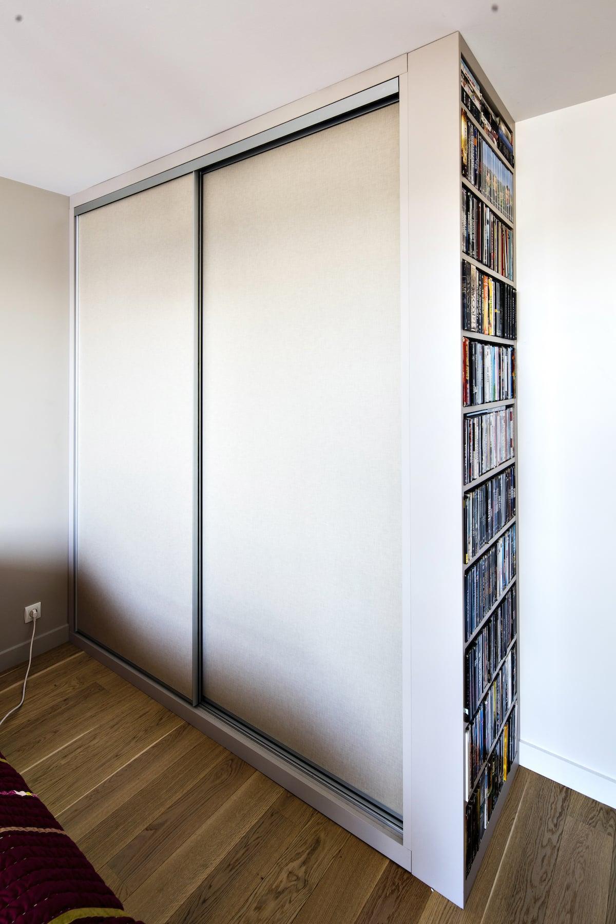 placard blanc avec étagères de rangement sur le côté droit