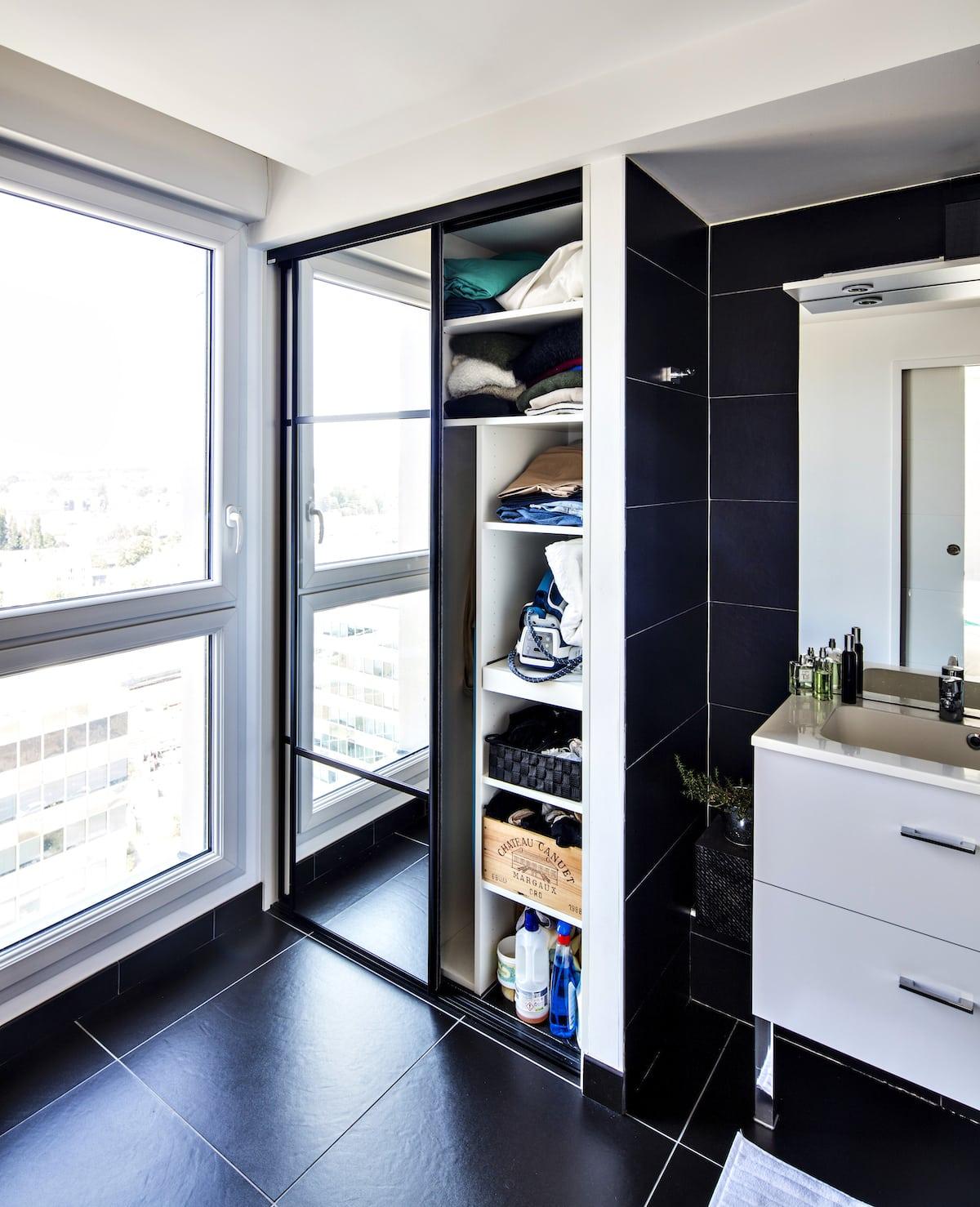 placard avec miroirs sur portes coulissantes et intérieur visible