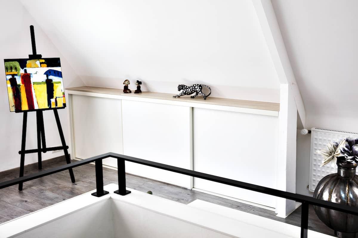 placard blanc en sous pente sur coulisses portes fermées