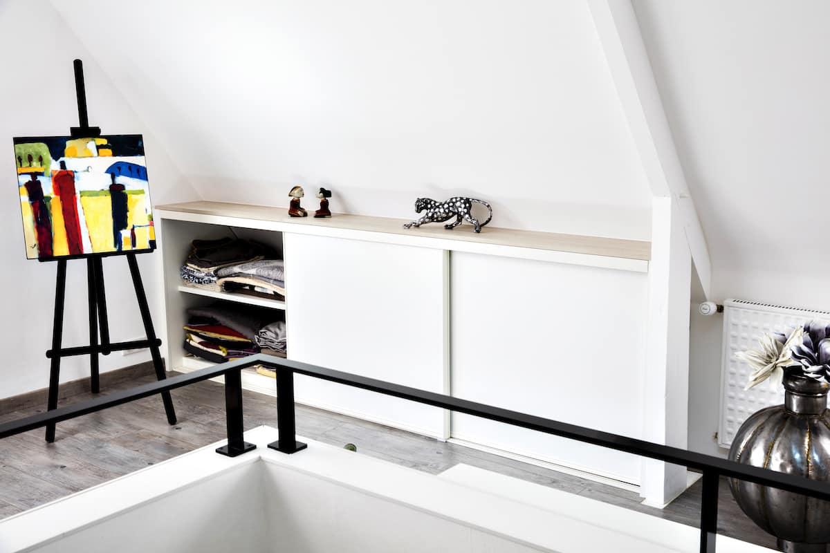 placard blanc en sous pente sur coulisses porte gauche ouverte