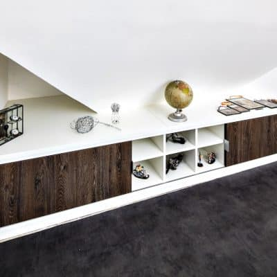placard sur-mesure sous-pente blanc et bois foncé