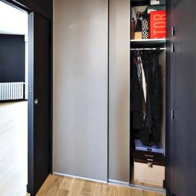 placard dressing portes coulissantes couleur taupe côté droit ouvert