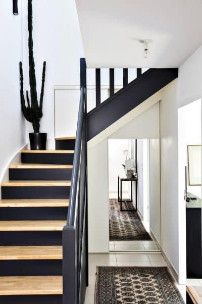 rangement blanc sous-escalier avec miroir