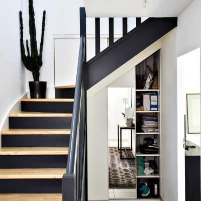 rangement blanc sous-escalier avec miroirrangement blanc sous-escalier avec miroir ouvert côté droit