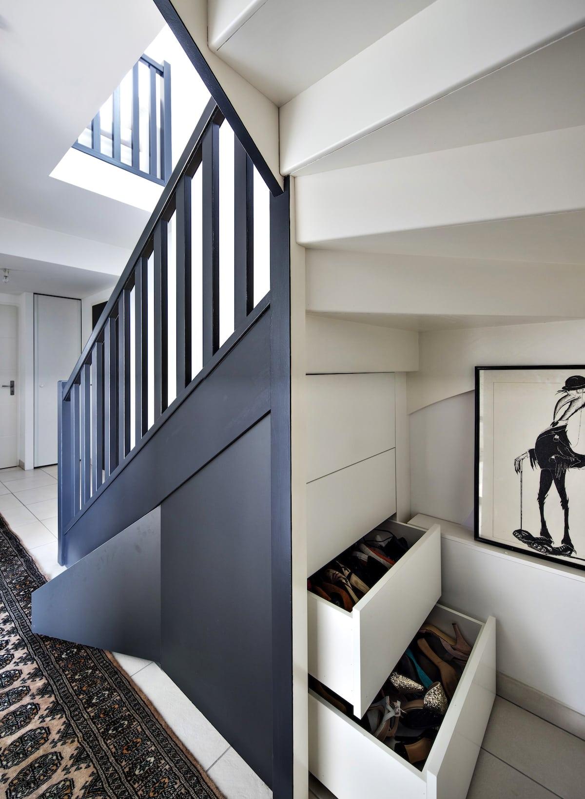 aménagement blanc sous-escalier