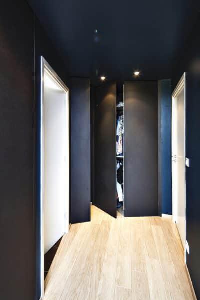 placard noir éclairé portes ouvrantes dans un couloir