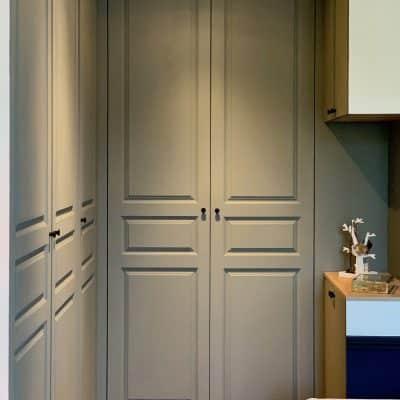 placards gris mouluré - portes fermées