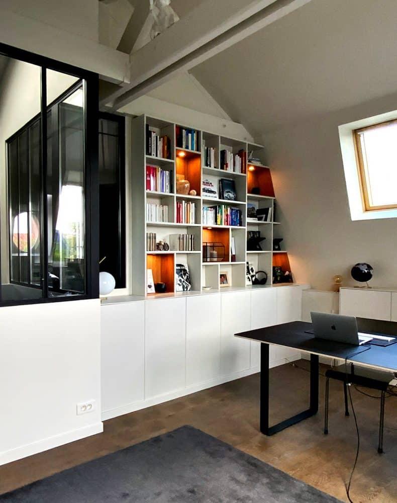 vue de gauche bibliotheque avec niche en bois clair