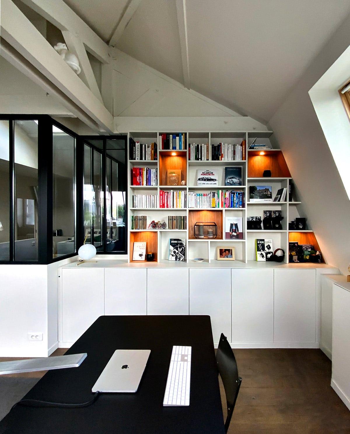 vue de face bibliotheque avec niche en bois clair