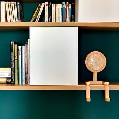 Niches fermée blanche sur un mur vert foncé