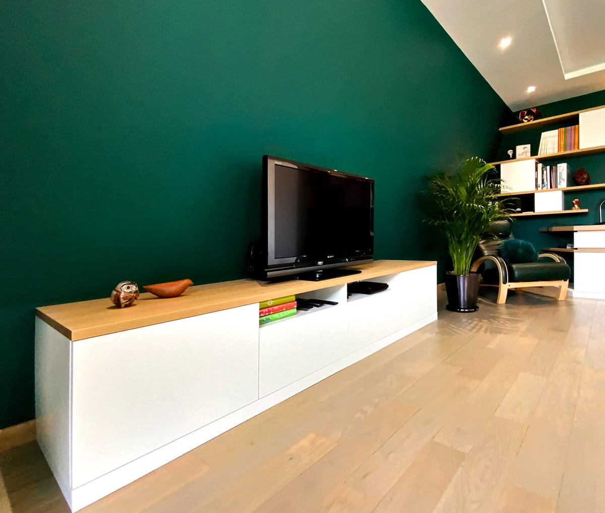 Meuble TV blanc, simple, avec un dessus en bois