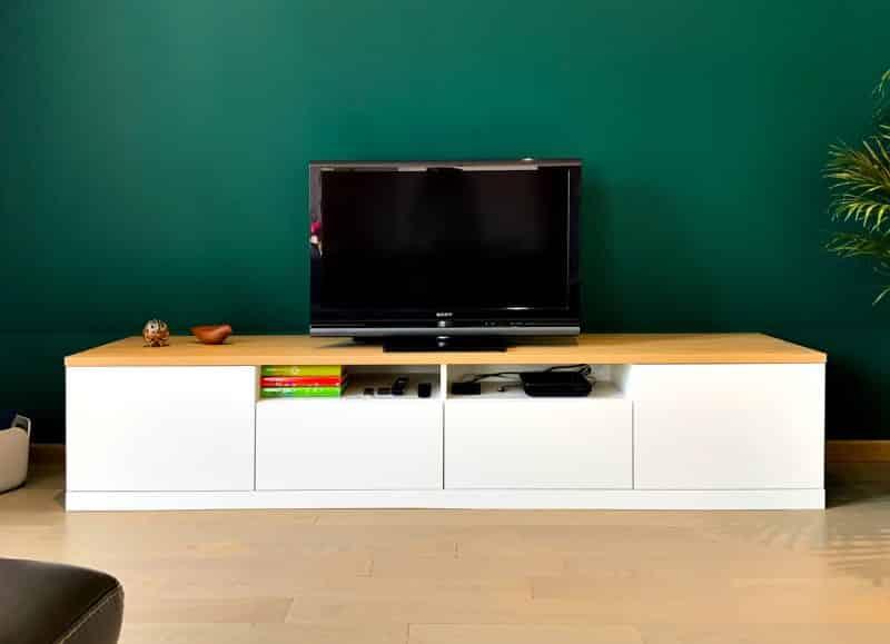 Meuble TV blanc sur fond vert foncé