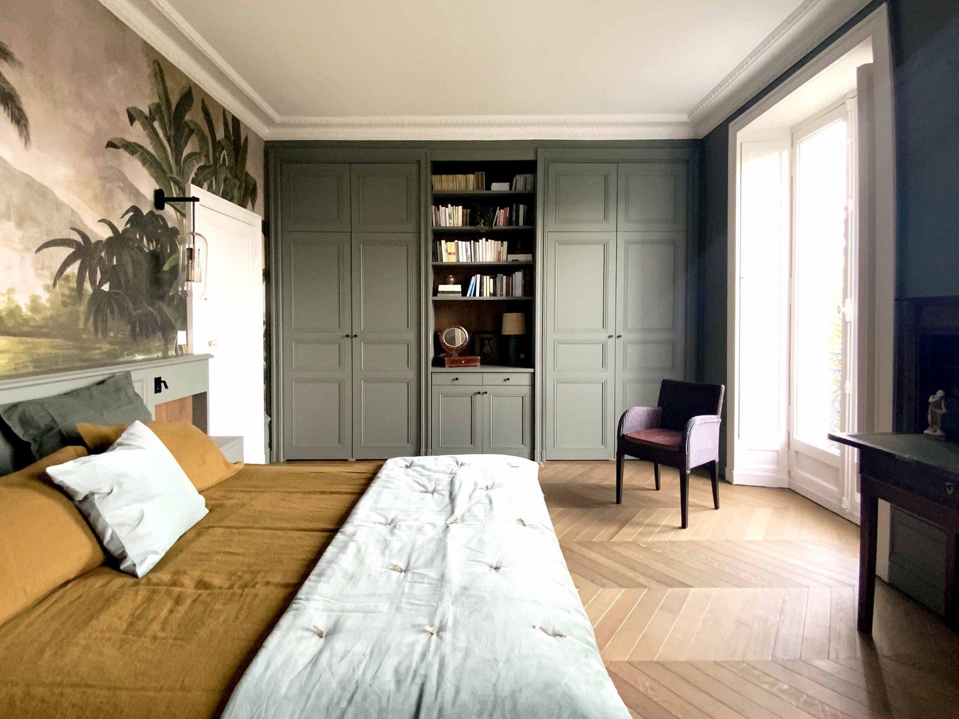 Tête de lit sur-mesure et placards dans une chambre
